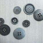 metalna dugmad sa logom